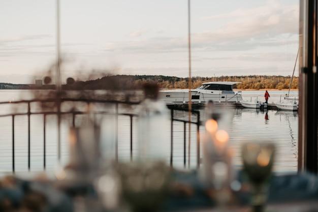 Romantische luxe restaurantavond met champagne setting met kaarsen bij zonsondergang