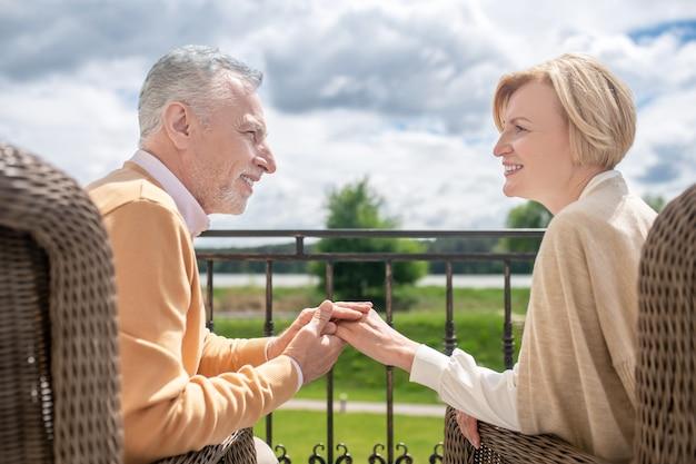 Romantische man en zijn vrouw genieten buiten van elkaars gezelschap