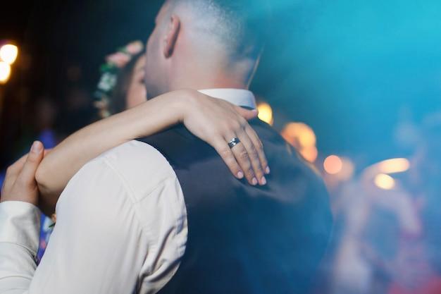 Romantische monent en datum trouwdag bruid hand met ring en bruidegom knuffelen bruiloft coupe liefdesverhaal