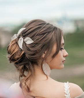 Romantische mooie bruid in luxe jurk poseren