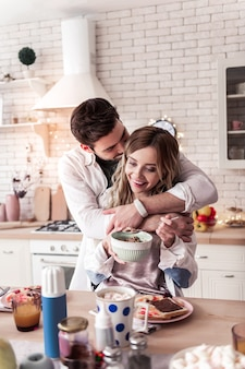 Romantische ochtend. vrij langharige jonge vrouw die een satijnen bovenkant draagt die romantisch aanvoelt