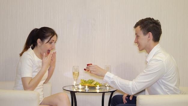 Romantische ontmoeting. jonge man doet een aanbod aan een vrouw.