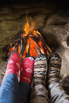 Romantische parenbenen in sokken voor open haard