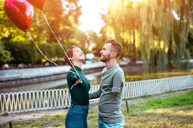 Romantische relatie tussen gehandicapte jonge vrouw geboren zonder armen en haar gehandicapte vriend.