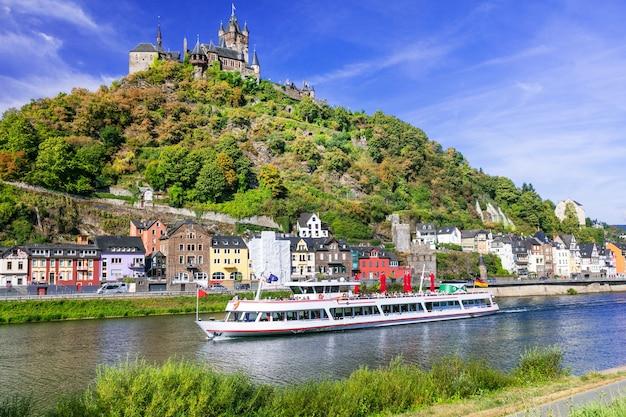 Romantische riviercruises over rhein, de middeleeuwse stad cochem. duitsland