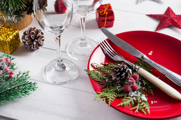 Romantische rode kersttafel instelling