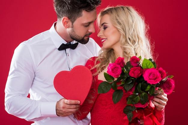 Romantische scène op de rode achtergrond