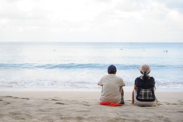 Romantische senior koppel zittend op het strand