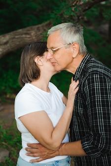 Romantische senior paar wandeling door het bos
