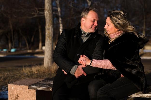 Romantische senioren die elkaar bekijken