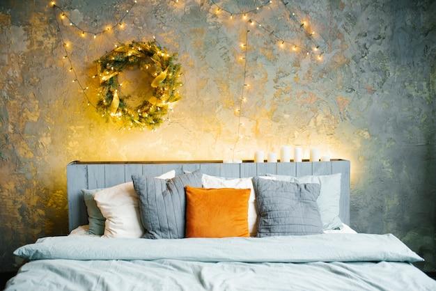 Romantische slaapkamer in lichtblauwe tinten met lichtslingers ingericht om het nieuwe jaar te vieren.