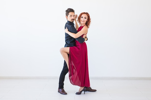 Romantische, sociale dans, mensenconcept - paar dat de salsa of kizomba of tango danst op witte muur met exemplaarruimte