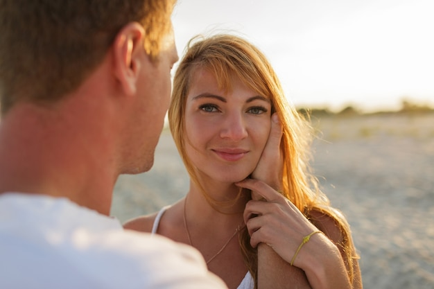 Romantische stemming. rode hoofdvrouw die de zomer met haar echtgenoot opjaagt.
