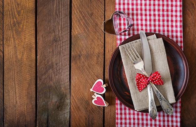 Romantische tabel instelling voor valentijnsdag in een rustieke stijl. bovenaanzicht