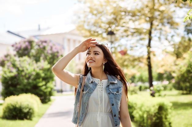 Romantische toeristenvrouw kijkt naar het herkenningspunt of naar het zicht