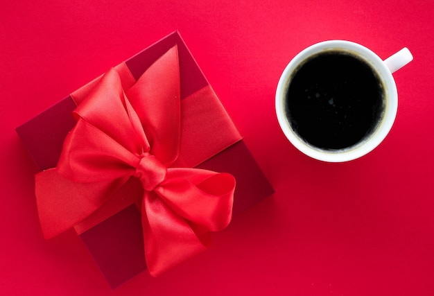 Romantische viering levensstijl en verjaardagscadeau concept luxe schoonheid geschenkdoos en koffie op rode flatlay