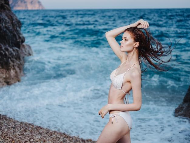 Romantische vrouw nat haar transparant water wit schuim oceaan natuur. hoge kwaliteit foto