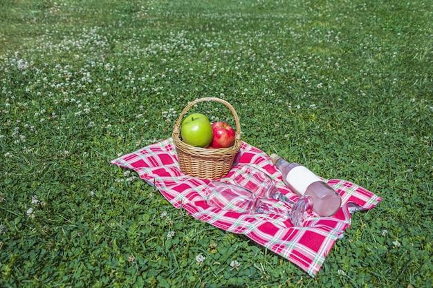 Romantische zomerpicknick buitenshuis.