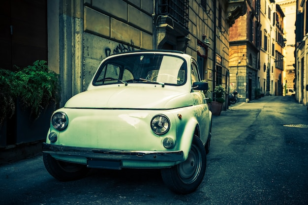 Rome - 27 mei 2016: een fiat 500 op 13 september 2011 in rome. hij werd gelanceerd als de nuova (nieuwe) 500 in juli 1957 en werd op de markt gebracht als een goedkope en praktische stadsauto. het werd al snel een italiaans symbool.