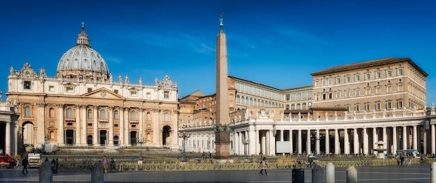 Rome, iitaly-maart 24,2015: panorama van st. peter's square in rome, vaticaan. in de vroege ochtenduren, ter voorbereiding op de ontmoeting met de paus franciscus de volgende dag.