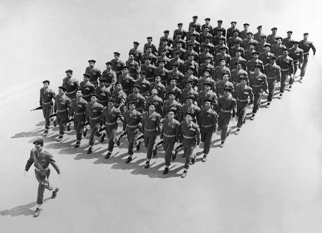 Rome itali 14 oktober 1959 italiaanse soldaten marcheren in een parade