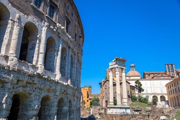 Rome, itali - circa augustus 2020: oude buitenkant van teatro macello (theater van marcellus) zeer dicht bij het colosseum.