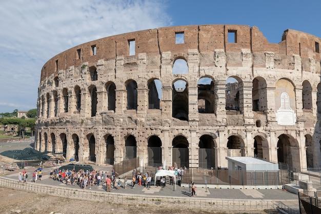 Rome, italië - 20 juni, 2018: panoramisch uitzicht op de buitenkant van het colosseum in rome. zomerdag met blauwe en dunne lucht