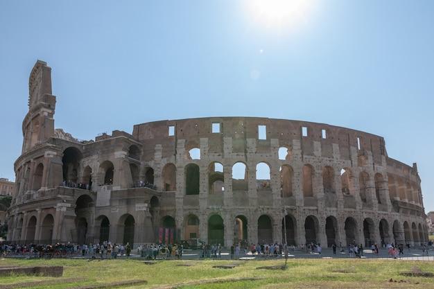 Rome, italië - 20 juni, 2018: panoramisch uitzicht op de buitenkant van het colosseum in rome. zomerdag met blauwe en zonnige lucht
