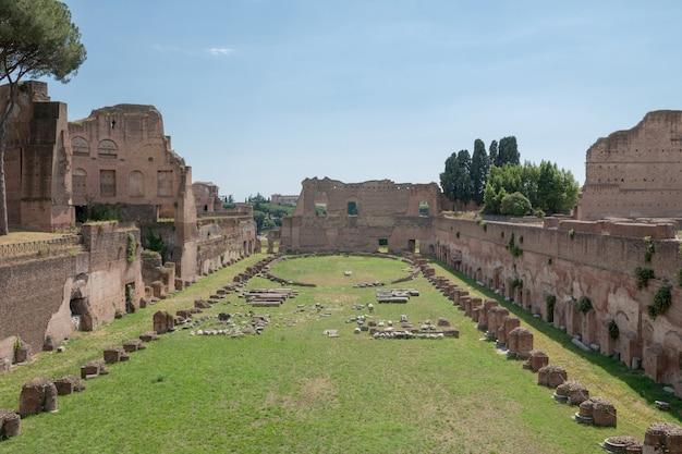 Rome, italië - 20 juni, 2018: panoramisch uitzicht op het circus maximus (circo massimo) is een oud romeins stadion voor wagenrennen en massa-entertainment in rome