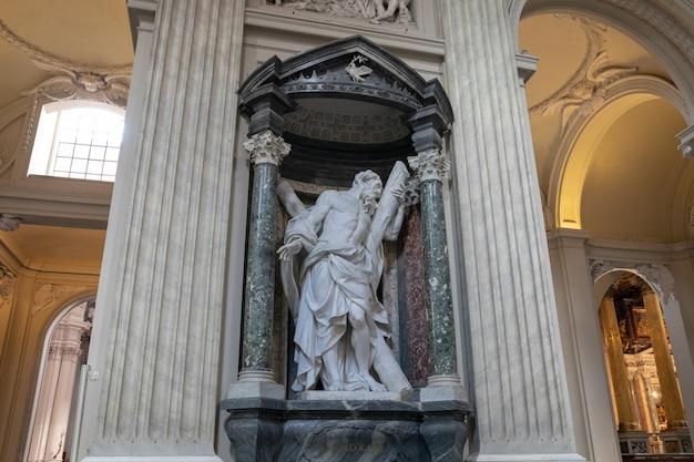 Rome, italië - 20 juni, 2018: panoramisch uitzicht op het interieur van de basiliek van lateranen, ook bekend als de pauselijke aartsbasiliek van st. john. het is de kathedraalkerk van rome en dient als zetel van de romeinse paus