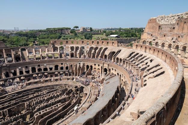 Rome, italië - 20 juni, 2018: panoramisch uitzicht op het interieur van het colosseum in rome. zomerdag met blauwe en dunne lucht