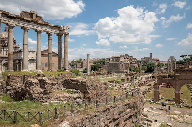 Rome, italië - 20 juni 2018: panoramisch uitzicht op het romeinse forum, ook bekend onder forum romanum of foro romano. het is een forum omringd door ruïnes van oude overheidsgebouwen in het centrum van de stad rome