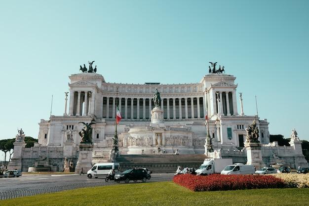 Rome, italië - 20 juni, 2018: panoramisch vooraanzicht van museum het vittorio emanuele ii monument ook bekend als de vittoriano of altare della patria op piazza venezia in rome. zomerdag en blauwe lucht