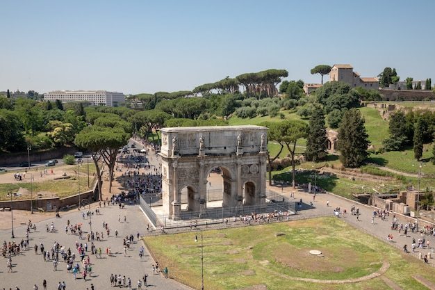 Rome, italië - 20 juni, 2018: triomfboog van constantijn in rome, gelegen tussen het colosseum en de palatijn