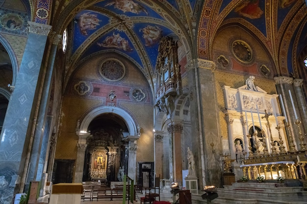 Rome, italië - 21 juni, 2018: panoramisch uitzicht op het interieur van santa maria sopra minerva (saint mary boven minerva) is een van de kerken van de rooms-katholieke orde van predikers (bekend als dominicanen) in rome