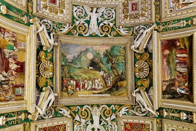 Rome, italië - 22 april 2013: interieur van galerij (fragment van plafond met iconografische scènes) van het vaticaanmuseum, vaticaanstad, rome, italië