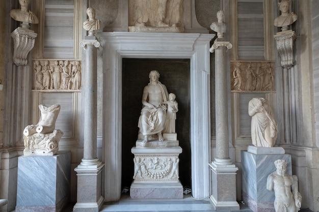 Rome, italië - 22 juni 2018: barokke marmeren sculpturale groep van italiaanse kunstenaar in galleria borghese van villa borghese