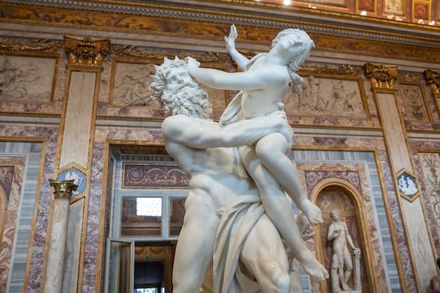 Rome, italië - 22 juni 2018: barokke marmeren sculptuur verkrachting van proserpine door bernini 1621 in galleria borghese van villa borghese