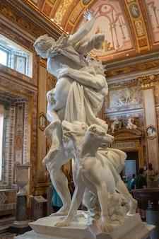 Rome, italië - 22 juni, 2018: barokke marmeren sculptuur verkrachting van proserpine door bernini 1621 in galleria borghese van villa borghese