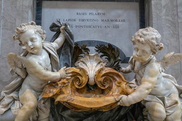 Rome, italië - 22 juni, 2018: panoramisch uitzicht op het interieur van de pauselijke basiliek van st. peter (st. peter's basilica). het is een kerk uit de italiaanse renaissance in vaticaanstad, een pauselijke enclave in de stad rome