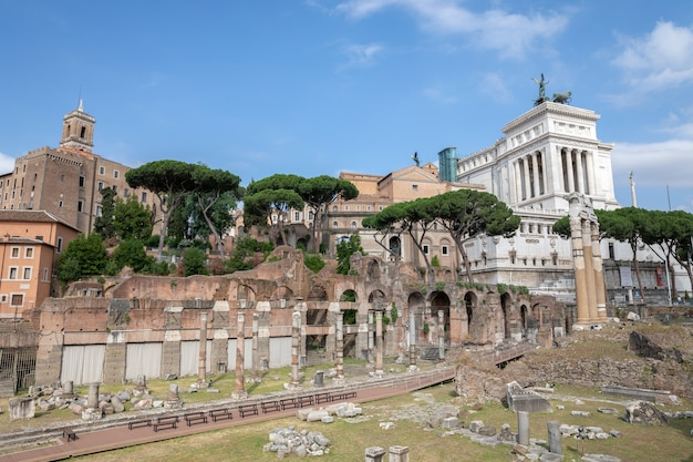Rome, italië - 23 juni, 2018: panoramisch uitzicht op de tempel van venus genetrix is een verwoeste tempel en een forum van caesar, ook bekend als forum iulium