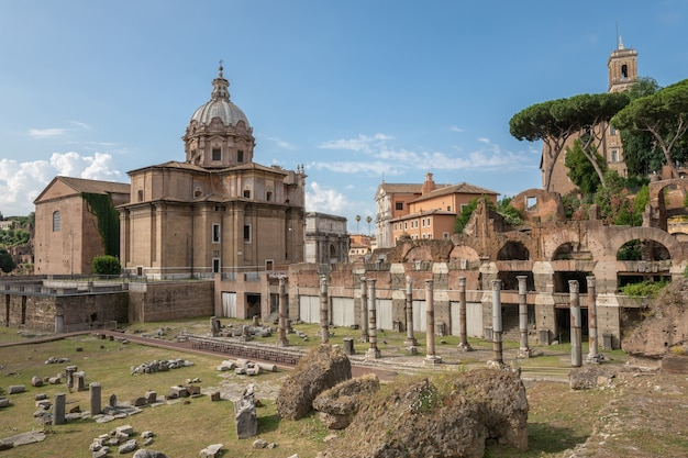 Rome, italië - 23 juni, 2018: panoramisch uitzicht op het forum van caesar ook bekend als forum iulium, curia julia (senaatshuis) en kerk santi luca e martina