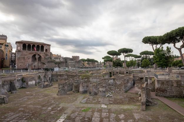 Rome, italië - 23 juni, 2018: panoramisch uitzicht op het forum van trajanus in rome. zomerdag en blauwe lucht