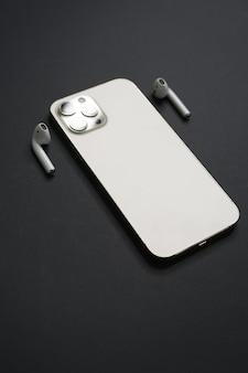 Rome, italië, 4 februari 2021 een luxe apparaat iphone 12 pro max goudkleur met witte oortelefoon