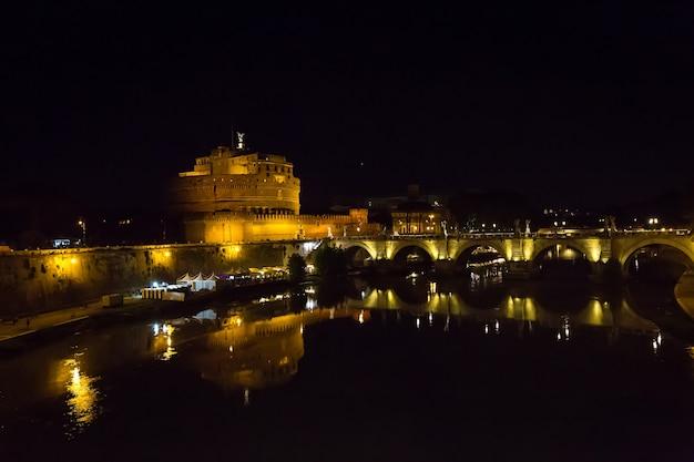 Rome, italië. nachtzicht van de beroemde sant angelo-brug en het mausoleum van hadrianus
