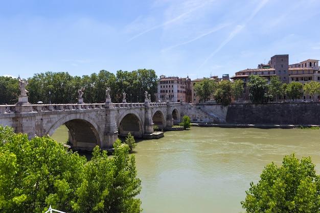 Rome, italië. uitzicht op de beroemde sant angelo-brug
