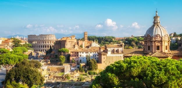 Rome skyline met colosseum en het forum romanum, italië
