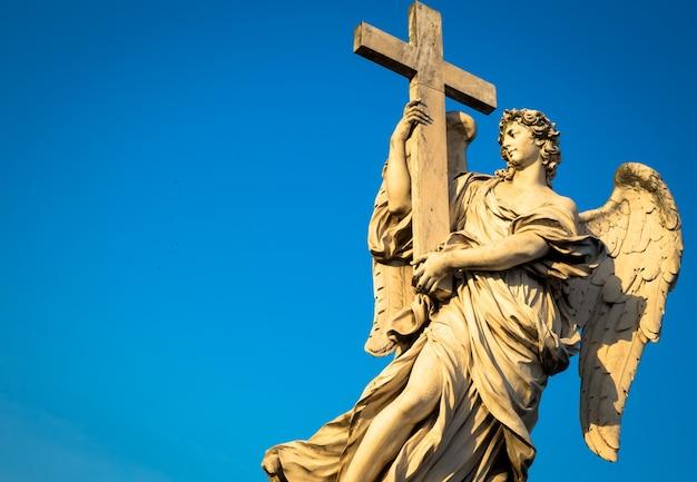 Rome, standbeeld van een engel op de brug voor castel sant'angelo. conceptueel nuttig voor spiritualiteit, christendom en geloof.