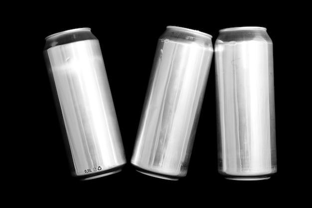 Romeins cijfer 6 gemaakt van aluminium blikjes op een zwarte achtergrond geïsoleerde nummer zes nummering