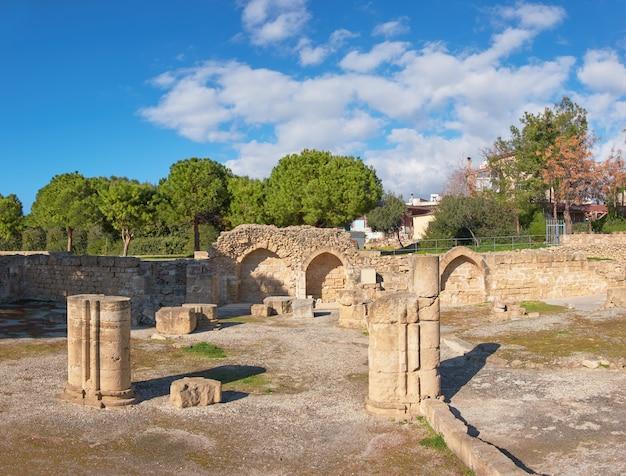 Romeinse kolommen en stenen bogen in paphos, cyprus